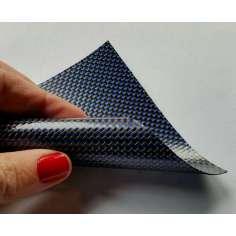 Muestra comercial lámina flexible de fibra de carbono con seda de color (Color Negro y Azul) - 50x50 mm.