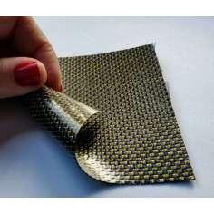 Muestra comercial lámina flexible de fibra de carbono con seda de color (Color Negro y Amarillo) - 50x50 mm.