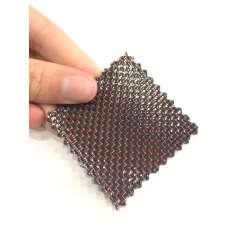 Muestra comercial lámina flexible de fibra de carbono con seda de color (Color Negro y Rojo) - 50x50 mm.