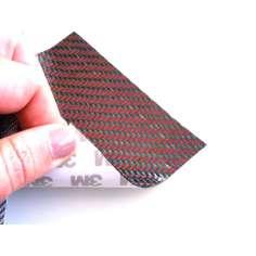 Muestra comercial lámina flexible de fibra de carbono con seda de color (Color Negro y Rojo) con adhesivo 3M - 50x50 mm.