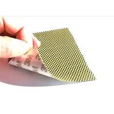 Amostra comercial de chapa flexível de fibra de carbono-kevlar Tafetá (Cor Preto e Amarelo) com adesivo 3M - 50x50 mm.