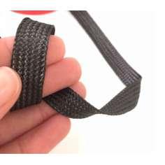 Amostra comercial de fita de fibra de carbono trançada plana 1K de 10 mm.